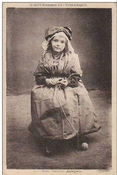Petite tricoteuse auvergnate, 1925