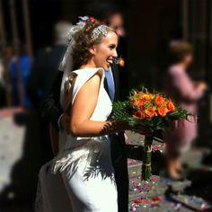 """Nerea, feliz, a la salida de la Iglesia, las plumas del vestido, el velo y como remate el tocado años '20 """"Tiffany"""" by nila taranco"""
