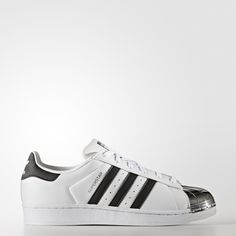 The adidas Superstar sneaker is a design classic that's instantly recognizable for its distinctive shell toe. These women's shoes transform high-fashion inspiration into a Superstar celebration with a version that looks like the iconic toe cap is dipped in metal.