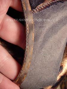 Окантовка края подгибки низа и обработка косой обтачкой края проймы в изделии без рукавов или спущенным плечом