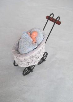 Kaufe meinen Artikel bei #Mamikreisel http://www.mamikreisel.de/spielzeug/fur-madchen/35719266-nostalgie-puppenwagen-mit-puppe-fur-die-puppenstube-neu