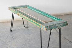 De andar por casas m encanta esta idea de usar ventanas antiguas para darles una nueva utilidad como mesas y percheros