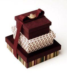 <b>LEMBRANÇA PARA OS PADRINHOS: R$ 16 MIL</b><br>Um conjunto de três caixas com tecidos desenvolvidos pelo atelier Jeniffer Bresser Exclusivité pode chegar a R$ 16 mil para oito padrinhos. Há uma joia em uma das caixas