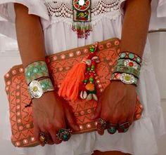 BOLSOS Y CLUTCH ÉTNICOS, HERMOSOS Y MUY DE MODA Hola Chicas!!! Si tienen la oportunidad de comprar una bolsa étnica, sera una buena idea ya que la podrás llevar tanto en el verano como el invierno, este estilo se utiliza mucho cuando vistes con estilo hippie, boho chic, bohemio, hay muchas en las tiendas online. La primera fotografiara es un bolso de piel y un porta-vasos que no envió mi hija de su viaje a Marruecos, me encanto la verdad que se ve hermoso muy étnico.