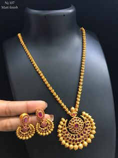 Beautiful hallow gajjar chain with chaandbali pendnat. Pendant studded with pink color stones. Indian Jewelry Earrings, Jewelry Design Earrings, Gold Earrings Designs, Gold Chain Design, Gold Bangles Design, Gold Jewellery Design, Pearl Necklace Designs, Gold Necklace, Gold Jewelry Simple