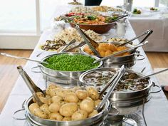 Noutopöytä sopii hyvin juhlaan, jossa vieraita on paljon ja tarjoiluhenkilökuntaa vähän.