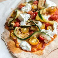 Pizza met kerstomaatjes, gegrilde courgette en burrata - Dille & Kamille - sinds 1974