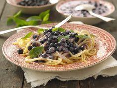 Süße Pasta mit Blaubeersauce | Kalorien: 545 Kcal - Zeit: 10 Min. | http://eatsmarter.de/rezepte/suesse-pasta-mit-blaubeersauce