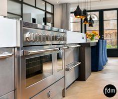 Op maat gemaakte RVS en Wengé kleur keuken met een Corian aanrechtblad en RVS gasfornuis maken het landelijke ook heel modern.