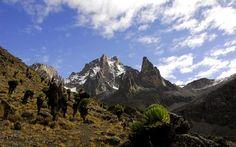 Исчезающие ледники горы Кения в Африке.Прямо в своем центре часть Африки поднимается высоко в небо. Расположенная почти на экваторе гора Кения вздымается в небо более чем на 5 километров. Ее вершины так высоки, что, несмотря на тропическое солнце, их каменистые склоны покрыты ледниками.