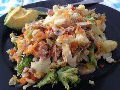 Coliflor+brocoli+zanahoria+pimentón+cebolla+ajo+atún+champiñones+aguacate= comida saludable para un almuerzo :)