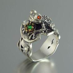 Tienes que besar a muchas ranas antes de encontrar a su apuesto príncipe. Usar este anillo, sabrás con certeza lo que buscas. ¿Puede ayudar a romper el hechizo? En cualquier caso, el anillo es un arranque de gran conversación.  Inspirado en el cuento el Príncipe Rana, antes de besar a la características del anillo de una rana de plata bellamente esculpida sentado en una hoja de nenúfar. Ojos de la rana se hacen de 2mm natural facetado ardiente rojo granates. Frente a él, hay una pequeña…