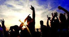 Booze Cruise Hen Party Idea :https://www.thefoxyhen.com/hen-party-ideas/booze-cruise   Credit Image : Mes-Travels
