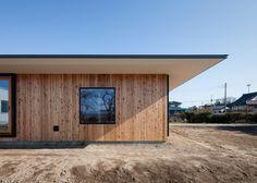 Nobuo Araki creates simple house with overhanging eaves on Japan's largest plain.