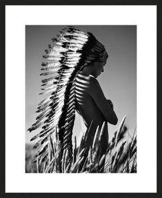 Lukas Dvorak, Indian Autumn, 2014 / 2014 © www.lumas.de/ #LumasAkt,  Akte,  Erotik,  erotisch,  Feder,  Federn,  Fotografie,  Frau,  Frauen,  Indianer,  Indians,  Landschaft,  Landschaften,  Natur,  Schönheit,  Schwarz-Weiß,  schwarzweiß,  sinnlich