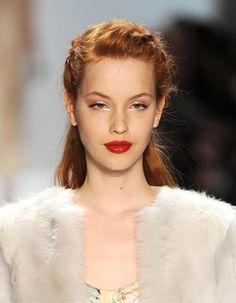 La demi-queue : version tressée Ce mannequin du défilé Nanette Lepore prouve que la tresse à la française fait merveille dans une coiffure avec demi-queue.
