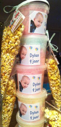 suikerspin emmertje met een klein zakje popcorn eraan