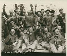 Prisonniers polonais célèbrent leur libération du camp de concentration de Dachau