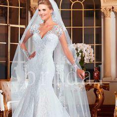 Vestido de Noiva com Véu Longo