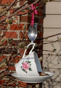 Teacup Bird Feeder with Hand Stamped Bent Spoon- LOVE- Perfect Mother's Day Gift – Garden Projects Diy Bird Feeder, Humming Bird Feeders, Bird House Feeder, Garden Crafts, Garden Projects, Garden Ideas, Bent Spoon, Teacup Crafts, Teacup Decor