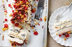Try this summery, modern twist on the classic viennetta. Jamie Oliver& honeycomb and raspberry viennetta will surely tickle your tastebuds. Hp Sauce, Christmas Desserts Jamie Oliver, Frozen Desserts, Frozen Treats, Delicious Desserts, Dessert Recipes, Simply Yummy, Granita, Desert Recipes