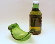Este resto de cuchara de vidrio reciclado se hace por fusión y formar una botella de cerveza en un horno de vidrio. Control de la temperatura cuidadoso le garantiza una superficie bellamente aplanada y curvada para que pueda descansar la cuchara o batir en él cuando no esté en uso. Esto podría también usarse como bandeja de mini tapas, un sostenedor del bolso de té o un plato de baratija.  El resto de la cuchara de vidrio está compuesto de una botella de cerveza de cuello largo y una vez…