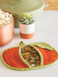 Beginner Sewing Pattern - Every kitchen needs one or two of these pocket pot holders for using and for decorating. This pattern was originally published in the autumn 2018 issue of Quilter's World magazine. Finished size is x Sewing Hacks, Sewing Crafts, Sewing Tips, Quilted Potholders, Fall Quilts, Creation Couture, Sewing Projects For Beginners, Fall Sewing Projects, Mug Rugs