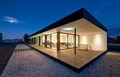 Poschodová modulárny budova s presklená od podlahy až k stropu