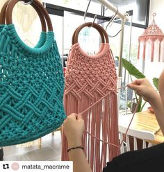 Good Sunday to everyone with this beautiful inspiration! Wonderful bag in macram. - - DIY Beauty Projects Ideen - Ich Folge , Good Sunday to everyone with this beautiful inspiration! Wonderful bag in macram. Macrame Purse, Macrame Jewelry, Diy Bags Purses, Diy Purse, Macrame Curtain, Macrame Design, Macrame Projects, Macrame Patterns, Crochet Bags
