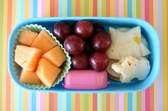 Printable list of ideas for kids' lunches. Buena idea pones las frutas en un embase de Cupcake..!!
