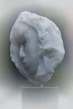 Hoofd van een Albast knol. Gemaakt door Marjen Blanken. Human Sculpture, Rock Sculpture, Abstract Sculpture, Art Optical, Optical Illusions, Marble Stones, Soapstone, Stone Work, Stone Carving