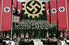 Aunque casi todo el mundo sabe cómo era la propaganda y la potente maquinaria de la simbología nazi, verlo en color en esta impresionante serie de fotos de Life es un auténtico puñetazo en el estómago.
