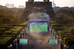 Riesenandrang bei der Fanmeile am Eiffelturm in Paris. Dort war Platz für bis...