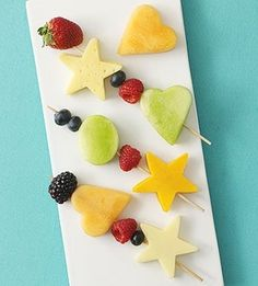 Fruit & Cheese Kabobs and other super cute healthy kids snacks- so easy and cute! Preschool Snacks, Healthy Snacks For Kids, Healthy Eating, Healthy Summer, Clean Eating, Toddler Meals, Kids Meals, Toddler Food, Lunch Saludable