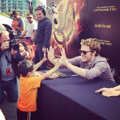 Sam Claflin being adorable with a little fan #CatchingFire