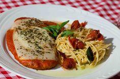 Sanfelice (Almoço): Parmegiana de frango servido com espaguete ao confit de tomate cereja e manjericão.