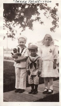 The girl's face cracks me up! Vintage Family Photos, Vintage Children Photos, Vintage Pictures, Vintage Photographs, Old Pictures, Vintage Images, Old Photos, Precious Children, Beautiful Children