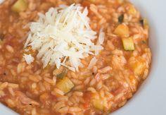 Deze tomatenrisotto met bacon en courgette is ideaal om restjes op te maken maar buiten dat om ook gewoon heel lekker. In ieder seizoen van het jaar!