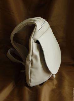 Купить или заказать Рюкзак на одно плечо из натуральной кожи Redbag. в интернет-магазине на Ярмарке Мастеров. Стильный оригинальный рюкзачок в форме капли из натуральной кожи ручной работы. Цвет белый с бежевым оттенком, что гораздо практичнее белого. Рюкзак имеет широкий регулирующийся по длине ремень для носки на одном плече. Основное отделение затягивается на шнурок и закрывается большим клапаном на магнитной застежке. С лицевой стороны рюкзак имеет 2 внешних кармана на молнии - большой…