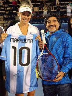 Caroline Wozniacki met Diego Maradona and exchanged signed gifts! #wta #soccer