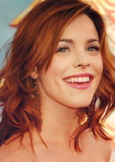 Rachel McAdams medium ginger hair ~~ 21 most famous celebrity redheads to inspire your next hairstyle Hair Color Auburn, Auburn Hair, Chic Hairstyles, Pretty Hairstyles, Hair Color For Fair Skin, Corte Y Color, Rachel Mcadams, Ginger Hair, Looks Style