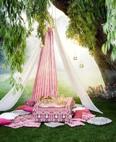 Somewhere in the countryside - the outdoor home in summer -, pillows create a cosy and dreamy decor - HM Home Summer 2014 Fairy Birthday Party, Birthday Table, Moroccan Tent, Picnic Essentials, Henna Night, Hm Home, Home Comforts, Bridal Shower Decorations, Teepees
