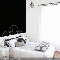 Der verschnörkelte Stahlbettrahmen, der Kronleuchte und das barocke Muster auf dem Kissen sorgen für eine romantische, neobarocke Note. - Lass Dich inspirieren auf www.roomido.com