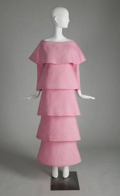 In the late and early Pierre Cardin was one of the first designers to produce clothing influenced by the Space Age. This pink silk gazar evening gown, features a large bertha. Unisex Fashion, 70s Fashion, Fashion History, Vintage Fashion, Fashion Hair, Modest Fashion, Vintage Style, Fashion Tips, Pierre Cardin