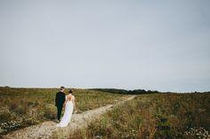 Vi vil påstå, at en af de vigtigste ting, man kan investere i til sit bryllup, er en fotograf. Vi hører igen og igen, at folk var virkelig glade for at de valgte en dygtig bryllupsfotograf og gav en god sjat penge for det. Det er nemlig så ærgerligt at... #amandathomsen #andersdalsgaard #billeder