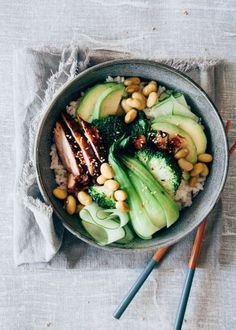 Teriyaki chicken sushi bowl with baby bok choy rnrnSource by Clean Eating, Healthy Eating, Teriyaki Chicken Sushi, Teriyaki Bowl, Asian Recipes, Healthy Recipes, Healthy Snacks, Sushi Bowl, Sushi Salad