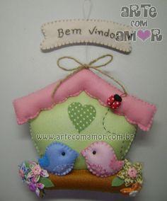 Casinha de passarinho Fabric Decor, Fabric Crafts, Sewing Crafts, Sewing Projects, Diy Christmas Ornaments, Felt Ornaments, Felt Crafts, Diy And Crafts, Felt House