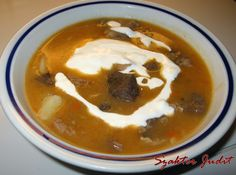 Mit eszik a magyar: Savanyú krumplis tüdőleves Thai Red Curry, Pudding, Ethnic Recipes, Soups, Desserts, Food, Tailgate Desserts, Deserts, Custard Pudding