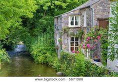 alten englischen Häuschen auf river