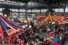 Es el restauranted en Santiago, Chile. Se llama es Mercado Central.  Es muy grande y pequito cara.